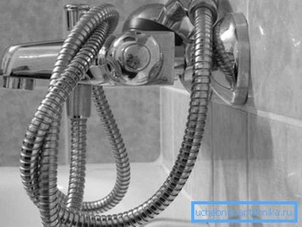 Смеситель с душевой лейкой в интерьере ванной комнаты