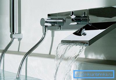 Смесители для ванны с душем настенного крепления могут иметь самые различные конфигурации