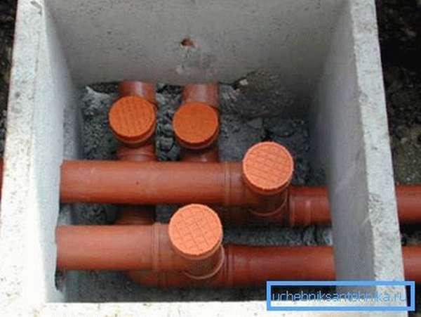Смотровой ревизионный колодец для прокладки подземных линий.