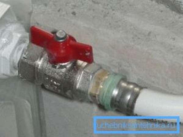 Соединение стояка и обогревающей батареи металлопластиковой трубой
