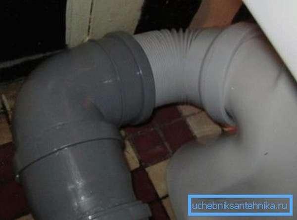 Соединение выхода с канализацией при помощи гофры