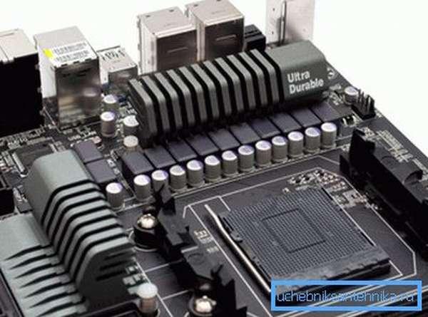 Современная материнская плата с радиаторами охлаждения чипсета и транзисторов.