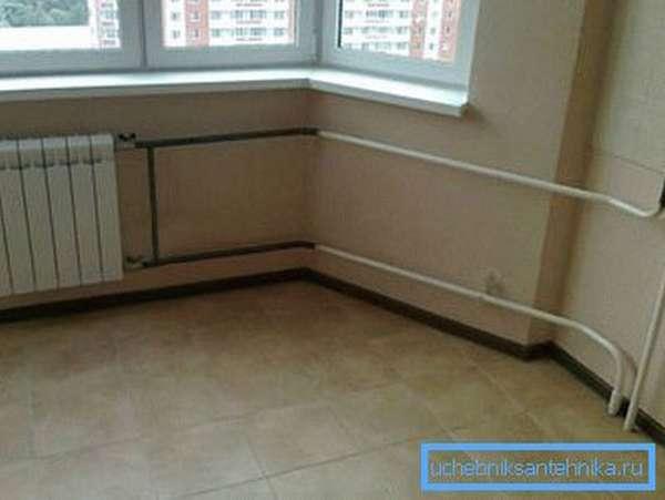 Современный радиатор отопления в интерьере жилой квартиры.