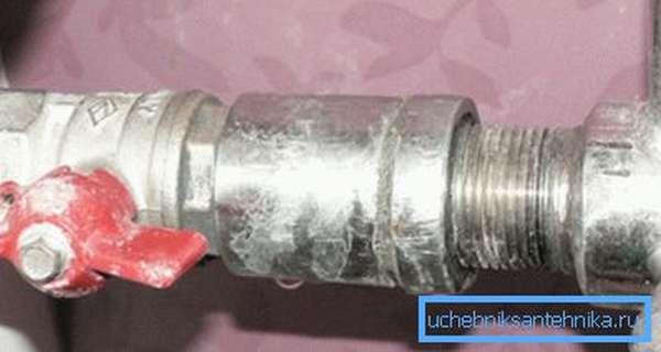 Специальная соединительная муфта, которая обеспечивает правильный переход от одного типа труб на другой