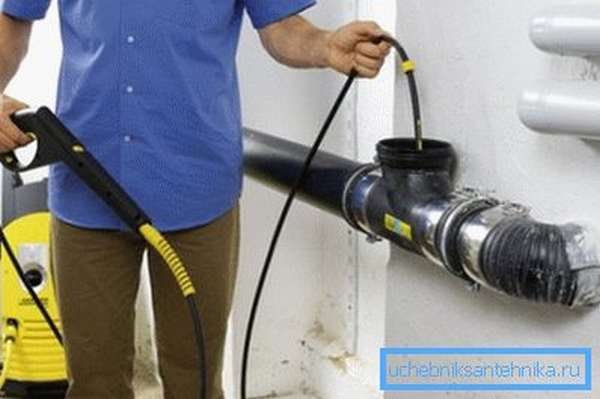 Специальное устройство для продувки труб под давлением воды используется чаще всего профессиональными мастерами или компаниями, оказывающими подобные услуги