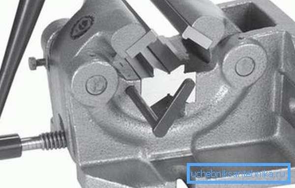 Специальные тиски для фиксации и зажима круглых деталей.