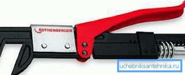 Специальный ключ подходит под любые размеры сантехнического крепежа и заменяет целый набор инструмента