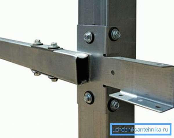 Специальный кронштейн для крепления лаги к вертикальной опоре.