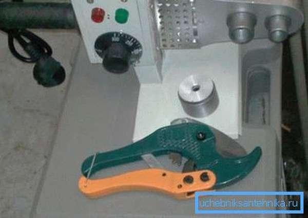 Специальный нож для обрезки позволяет создавать идеально ровную поверхность без перекосов или зазубрин, но даже после его применения мастера рекомендуют произвести зачистку