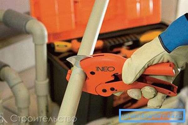 Специальный нож, предназначенный для обрезки подобных материалов