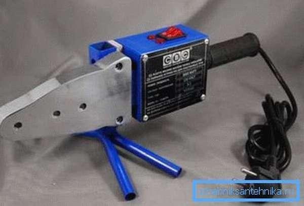 Специальный паяльник для работы с изделиями из полипропилена обычно используется только со специальными насадками, которые подходят к конкретному типу продукции
