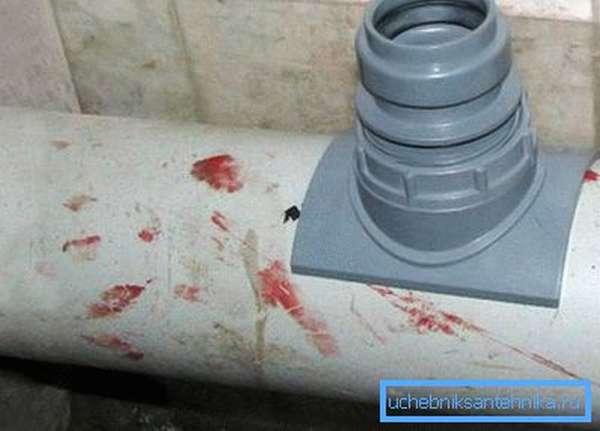 Патрубок, установленный на канализационную трубу