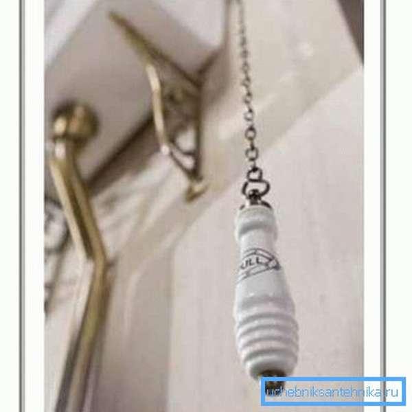 Спуск воды всегда производится с помощью ручки на цепочке