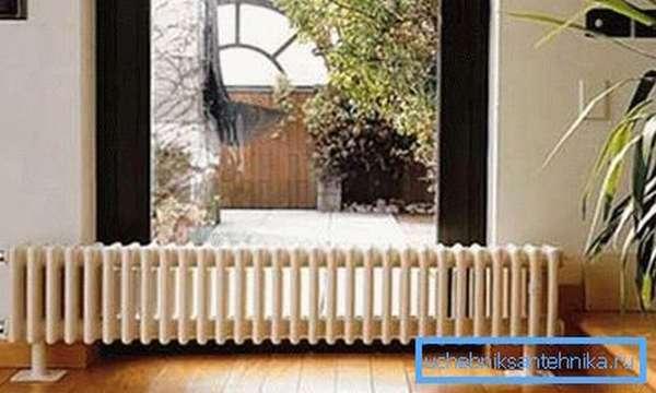 Стальной трубчатый радиатор в интерьере жилого помещения