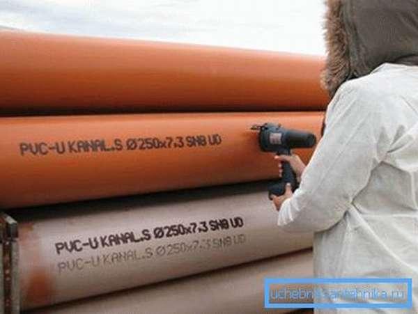 Стальные элементы для сборки магистральных водопроводов с нанесенной маркировкой