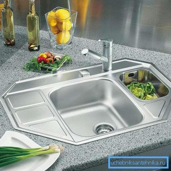 Стальные нержавеющие мойки становятся привычными аксессуарами современных кухонь.