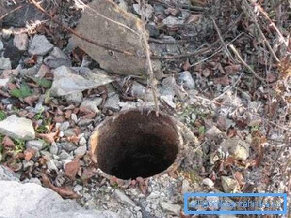 Старые неэксплуатируемые скважины могут представлять угрозу заражения водоносного горизонта.