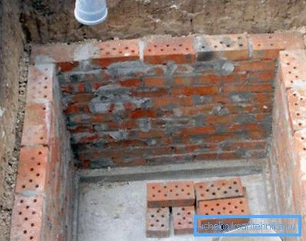 Стены отстойника выложены кирпичом