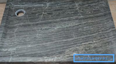 Стильный мелкий поддон из натурального камня.
