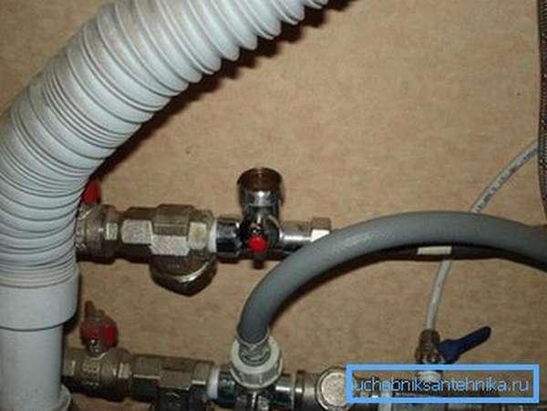 Стиральная машинка подключена сразу после вентилей и фильтров грубой очистки.