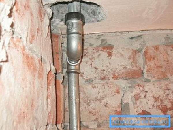 Стояк водоснабжения из оцинкованной трубы собран на резьбах.