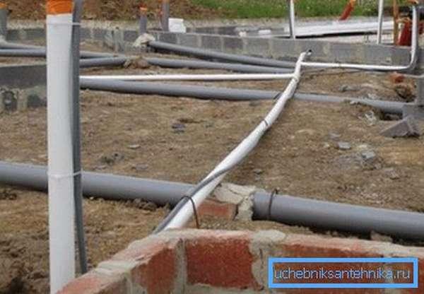 Строительство дома благоразумно начато с... прокладки канализации.