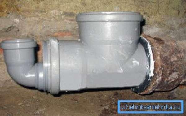 Стык пластиковой и чугунной трубы тщательно герметизируется