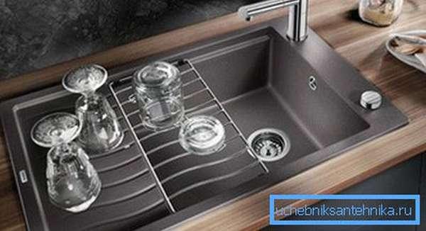 Сварные кухонные мойки имеют большую глубину, чем штампованные