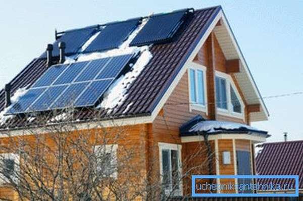 Сверху установлены солнечные коллекторы, чуть ниже – панели с фотоэлементами