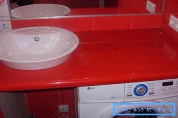 Сверкающая акриловая поверхность отлично подходит для ванной