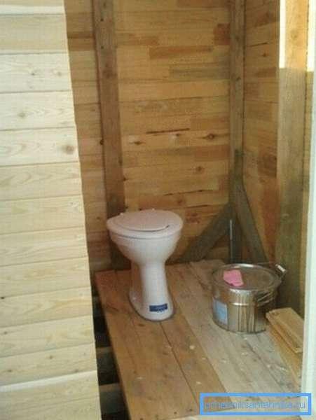 Так выглядит дачный туалет с установленным унитазом