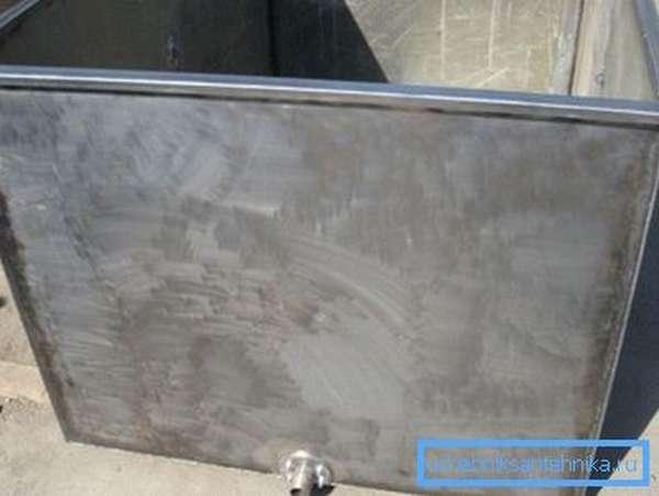 Так выглядит металлический бак для душевой кабины в готовом виде, крышка делается отдельной и ставится после закрепления емкости