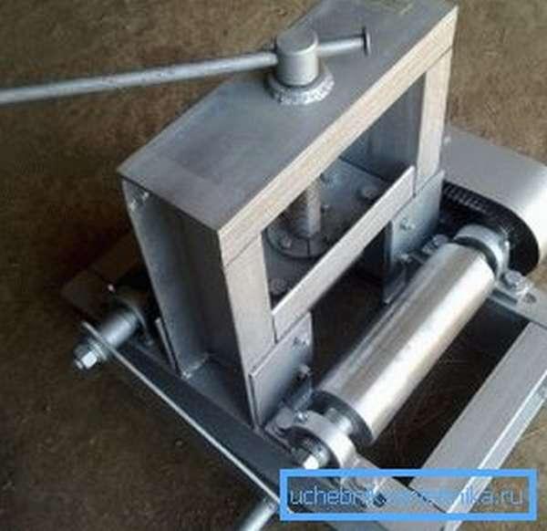 Так выглядит трубогиб для профилированных труб, устройство для изделий круглой формы имеет другую конфигурацию