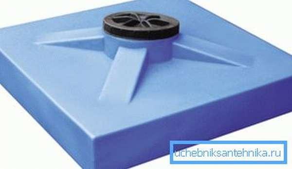Такая емкость и выполняет функцию крыши, и вмещает 200 литров воды