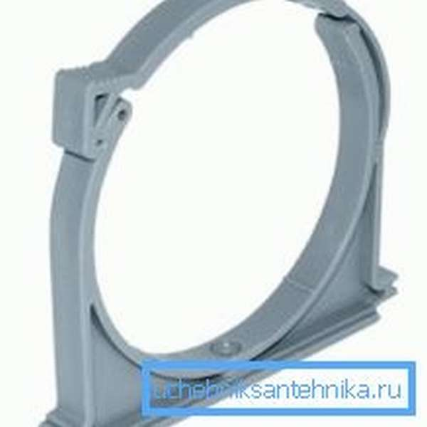 Такое изделие используется для крепления нитки канализации к стене с минимальным просветом.
