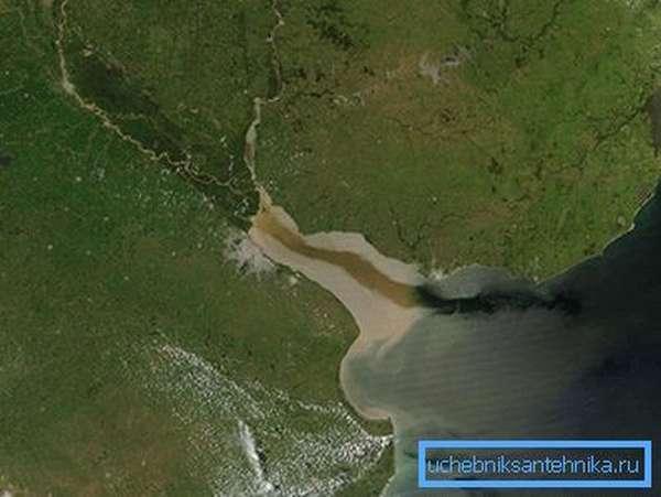 текущая вода неизбежно несет с собой ил