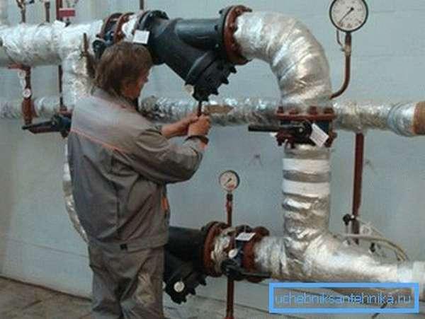 Теплоноситель в централизованных сетях отопления находится под большим давлением