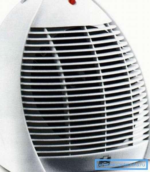 Тепловентилятор (на фото) хорошо греет воздух, но сильно шумит во время работы