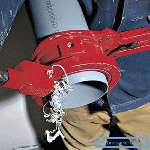 Торцевание трубы с помощью роликового резака