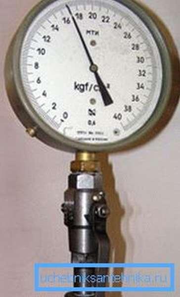Трехходовик под манометром позволит сбросить давление без демонтажа прибора.