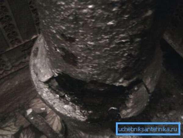 Трещины в трубах – характерная особенность старых построек с чугунной канализацией