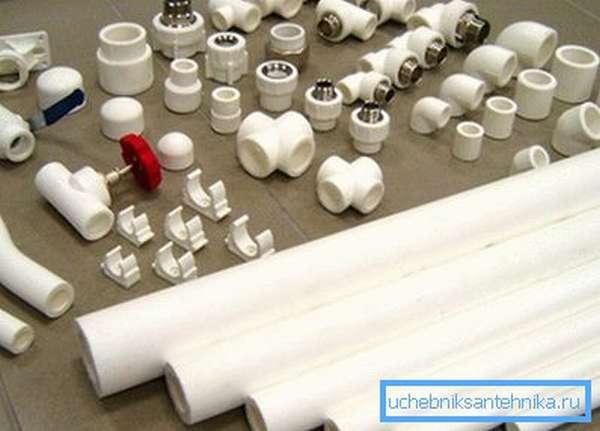 Труба ПВХ для отопления с отводами, вентилями и крепежом
