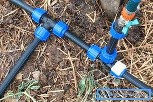 Трубы ПВХ для водопровода на даче подходят как нельзя лучше, их вес небольшой, и они не боятся сырости