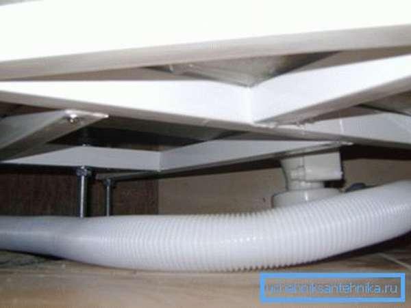 Трубы спрятаны в пространстве под поддоном