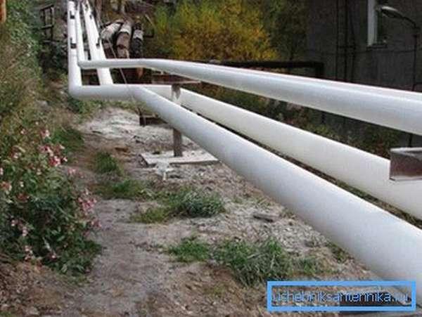 Трубы, защищенные от холода с помощью жидких материалов, имеют довольно хороший внешний вид