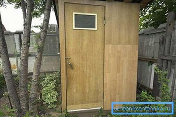 Туалет на даче из подручных материалов