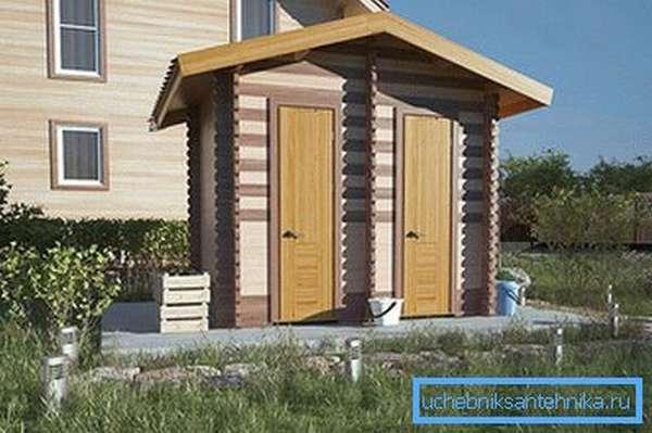 Туалет на даче с двумя кабинками