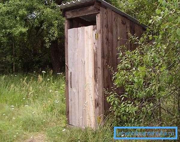 Туалет сделали подальше от дома