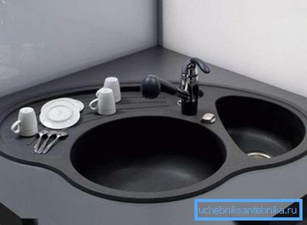 Удобное решение для угловой кухни, с двумя чашами и площадкой для сушки посуды.