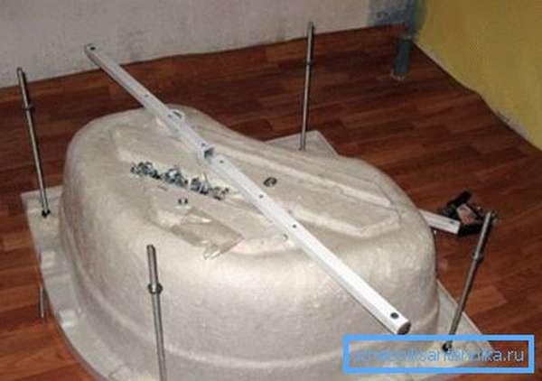 Угловая душевая кабина 100х100 с высоким поддоном в процессе монтажа